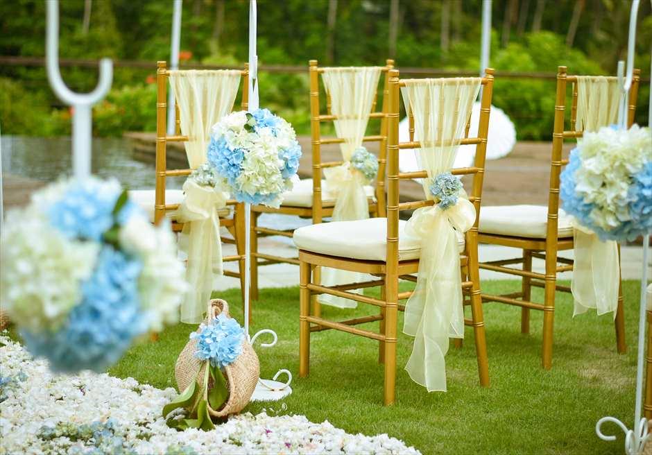 カマンダル・ウェディング・パッケージ<br /> アルン・アルン挙式会場<br /> セレモニーチェア<br /> 装飾 ブルー&ホワイト