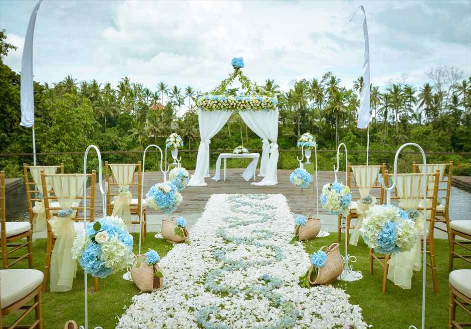 カマンダル・ウェディング・パッケージ<br /> アルン・アルン挙式会場<br /> 生花のバージンロード<br /> 装飾 ブルー&ホワイト