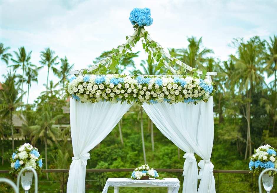カマンダル・ウェディング・パッケージ アルン・アルン挙式会場 生花のウェデイングアーチ 装飾 ブルー&ホワイト