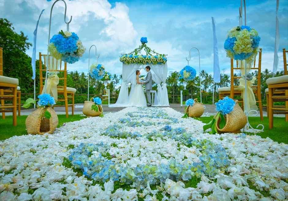 カマンダル・ウェディング・パッケージ<br /> アルン・アルン挙式会場(ブルー&ホワイト)<br /> 挙式シーンと生花のバージンロード