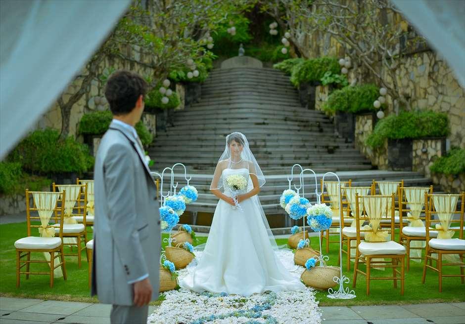 カマンダル・ウェディング・パッケージ<br /> アルン・アルン挙式会場(ブルー&ホワイト)<br /> 生花のバージンロード入場シーン