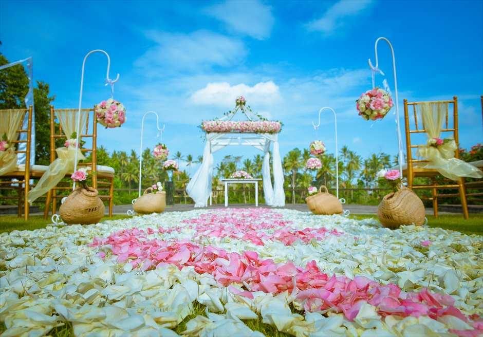 カマンダル・ウェディング・パッケージ<br /> アルン・アルン挙式会場<br /> 生花のバージンロード<br /> 装飾 ピンク&ホワイト