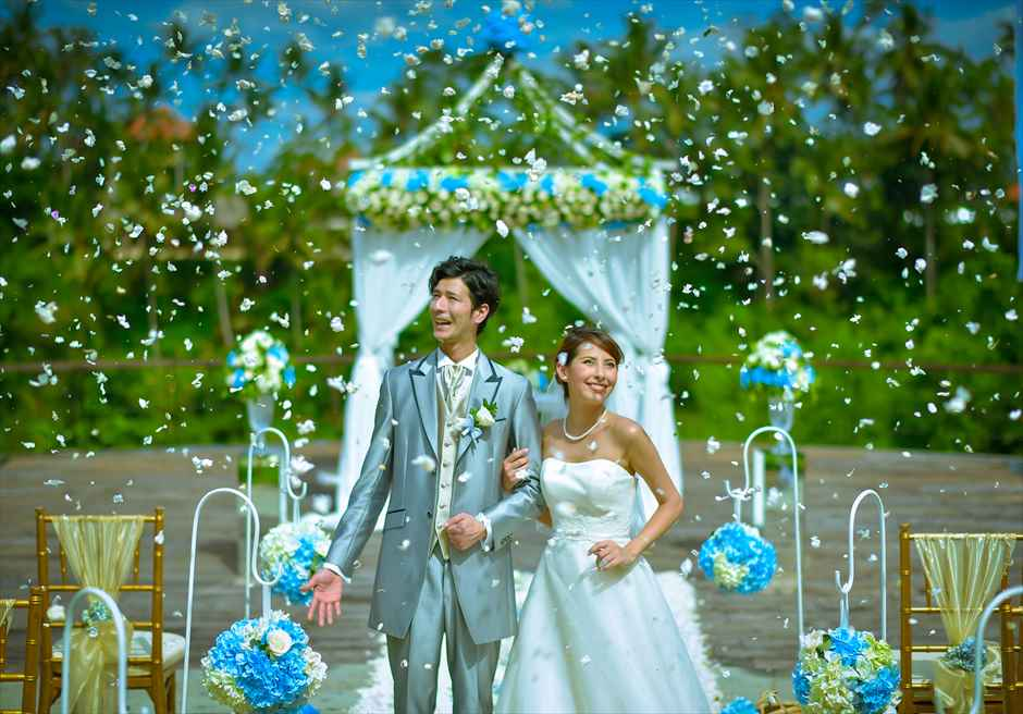 カマンダル・ウェディング・パッケージ アルン・アルン挙式会場 生花のフラワーシャワー