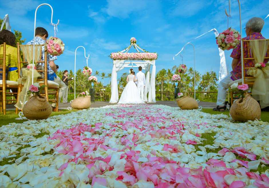 カマンダル・ウェディング・パッケージ<br /> アルン・アルン挙式会場(ピンク&ホワイト)<br /> 挙式シーンと生花のバージンロード