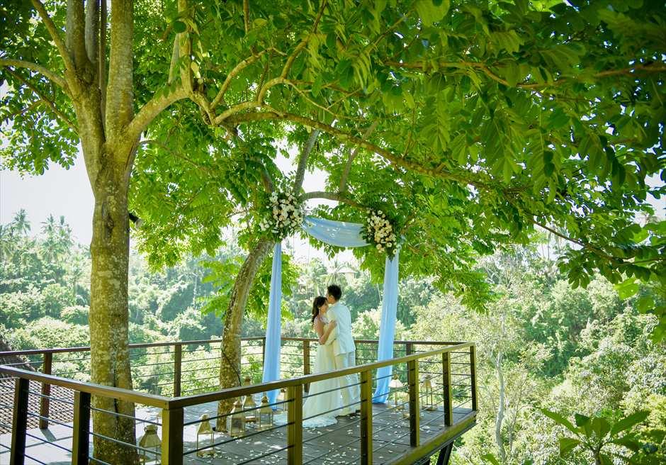 カマンダル・ウブド フォレスト・ウェディング 基本プラン 祭壇からジャングルを一望する挙式シーン