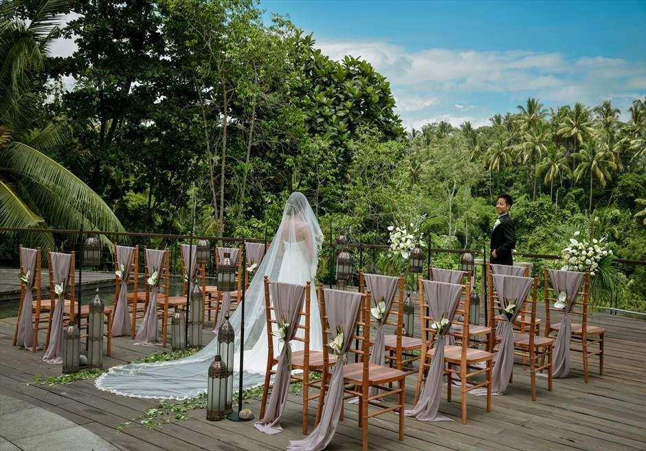 カマンダル・ウブド アルン・アルン・ガーデン クラシカル・ガーデン・ウェディング 180°のジャングルの眺望が挙式会場前に広がる