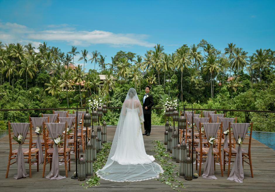 カマンダル・ウブド アルン・アルン・ガーデン クラシカル・ガーデン・ウェディング ラスティックなチェア装飾がジャングルに映える
