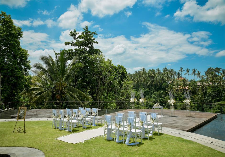 カマンダル・ウブド アルン・アルン・ガーデン トロピカル・ガーデン・ウェディング ホワイト&ゴールドの装飾が緑に映えわたる