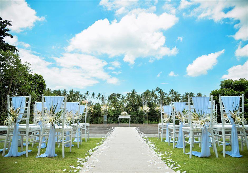 カマンダル・ウブド アルン・アルン・ガーデン トロピカル・ガーデン・ウェディング バージンロード 生花のアイルサイドフラワー