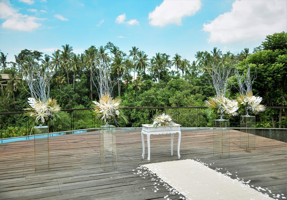 カマンダル・ウブド アルン・アルン・ガーデン トロピカル・ガーデン・ウェディング ホワイト&ゴールド 祭壇周り生花装飾