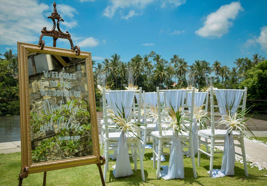 トロピカル・ガーデン・ウェディング ゴールド・ウェルカムボード 生花のティファニー・チェア装飾