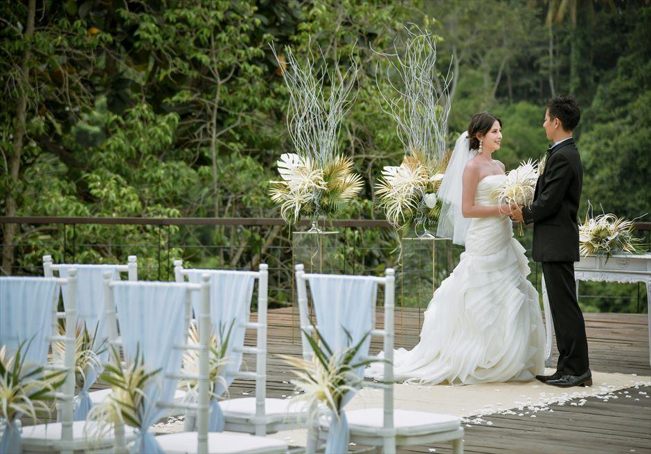 トロピカル・ガーデン・ウェディング ホワイト&ゴールド装飾 エレガントなウェディングシーンを演出