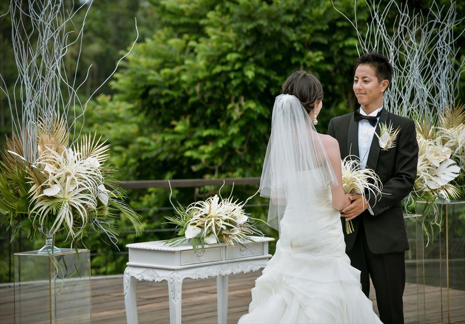 トロピカル・ガーデン・ウェディング ホワイト&ゴールド装飾 祭壇目の前に広がる緑に映える