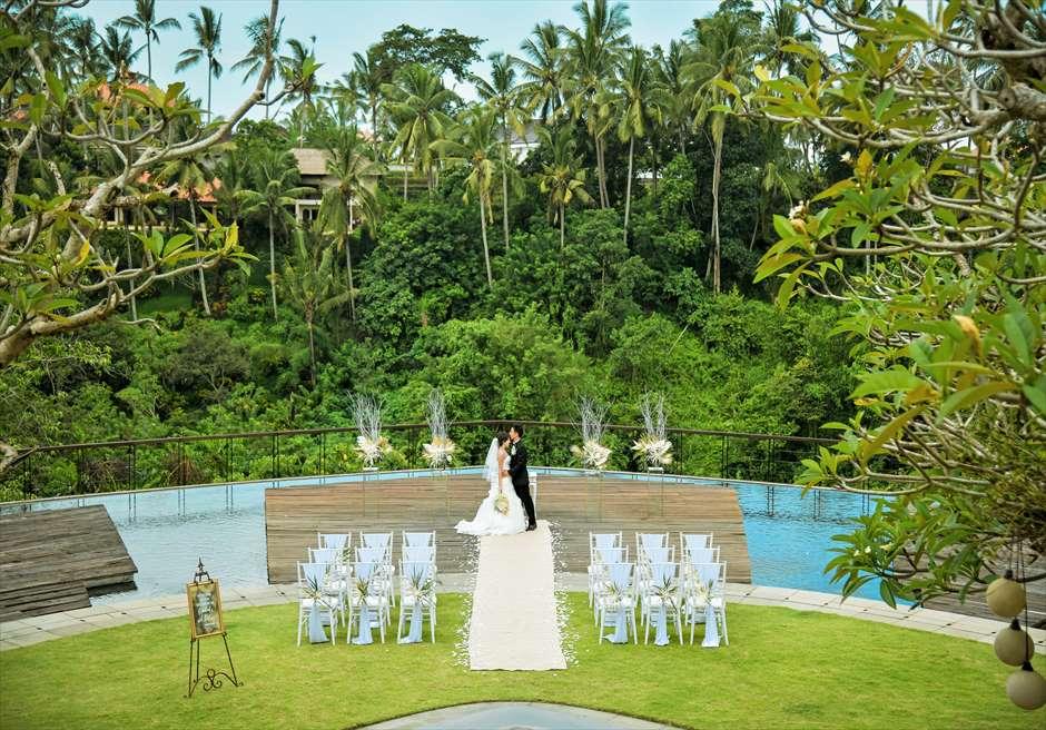 トロピカル・ガーデン・ウェディング ホワイト&ゴールド装飾 エレガントでセレブな挙式シーンを演出