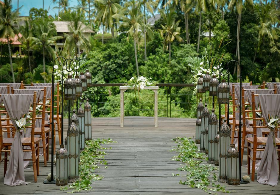 カマンダル・ウブド アルン・アルン・ガーデン クラシカル・ガーデン・ウェディング 祭壇前に熱帯雨林の生い茂るジャングルが広がる