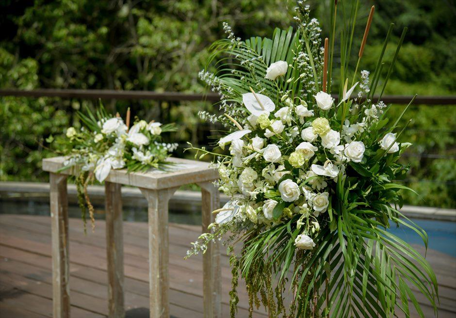 カマンダル・ウブド アルン・アルン・ガーデン クラシカル・ガーデン・ウェディング 祭壇周り 生花のフラワースタンド
