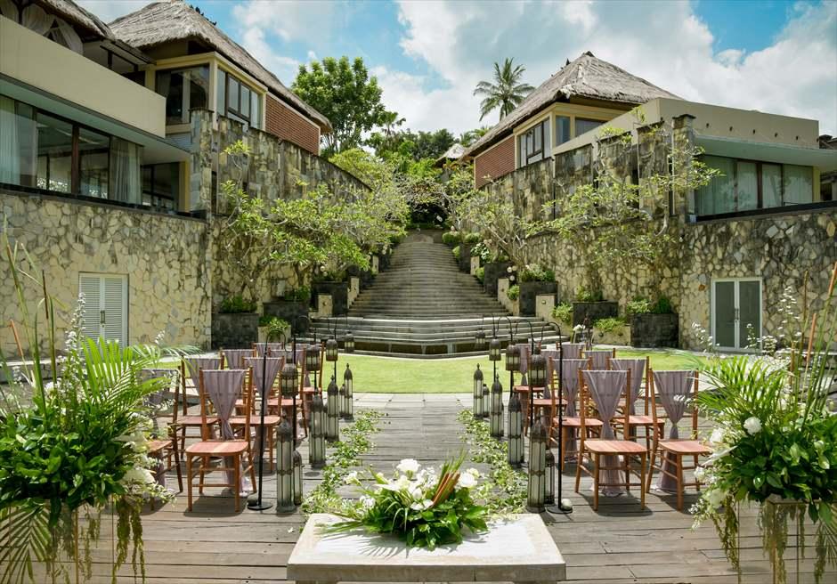 カマンダル・ウブド アルン・アルン・ガーデン クラシカル・ガーデン・ウェディング 祭壇より挙式会場を入場する回廊頂上を一望