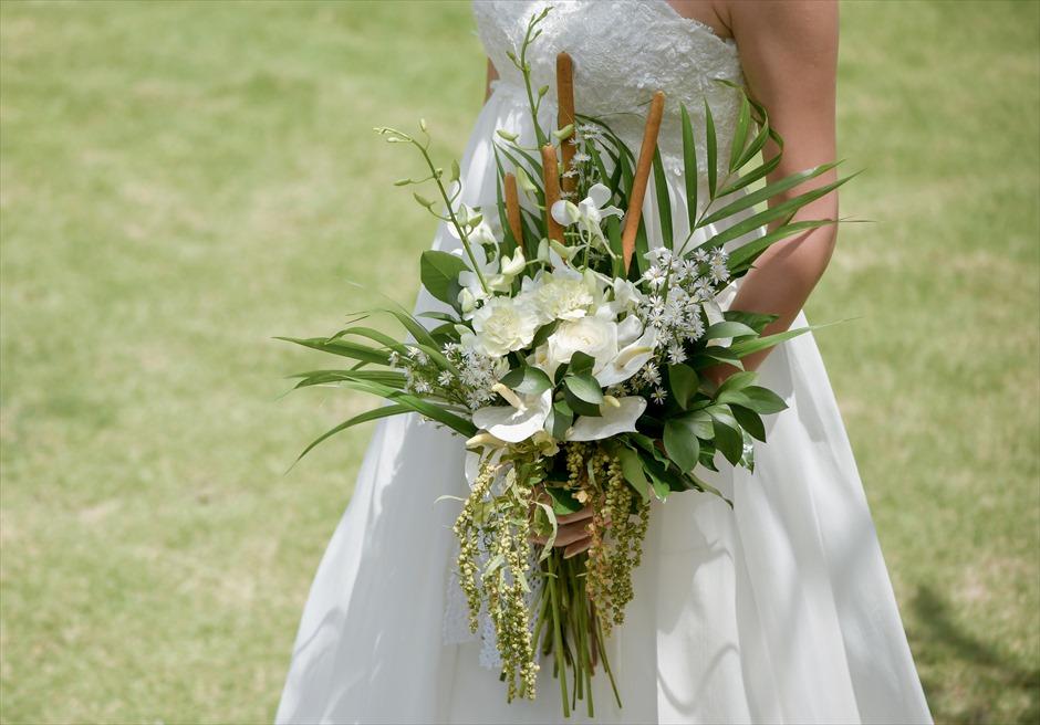 カマンダル・ウブド アルン・アルン・ガーデン クラシカル・ガーデン・ウェディング 挙式会場とお揃いの生花のブーケ