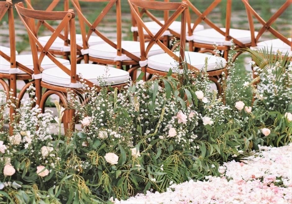 カユマニス・ヌサドゥア挙式 グリーン・パティオ・ガーデン・ウェディング アイルサイド生花装飾&セレモニーチェア