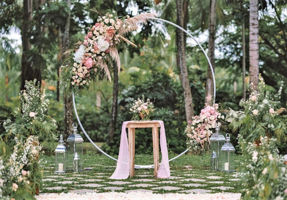 カユマニス・ヌサドゥア挙式 グリーン・パティオ・ガーデン・ウェディング サークルアーチ&祭壇 生花装飾