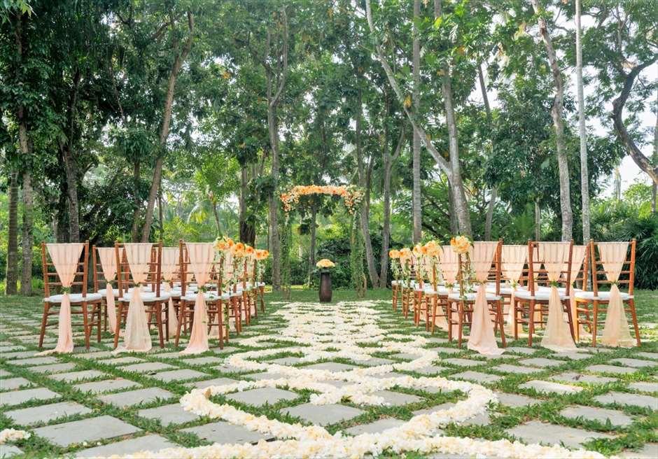 カユマニス・ヌサドゥア挙式 ピーチ グリーン・パティオ・ガーデン・ウェディング シェイプ生花バージンロード