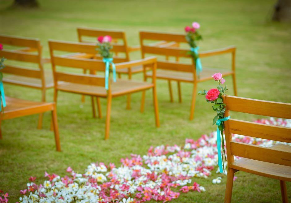 ヴィラ55・リマリマ・ヌガラ オーシャンフロント・レジデンス・ジェゴッグ・ウェディング 生花のバージンロード