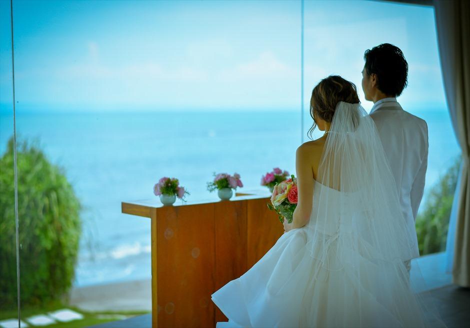 ヴィラ・エイト・リゾート・ヌガラ オーシャンフロント・スカイウェディング 挙式シーン