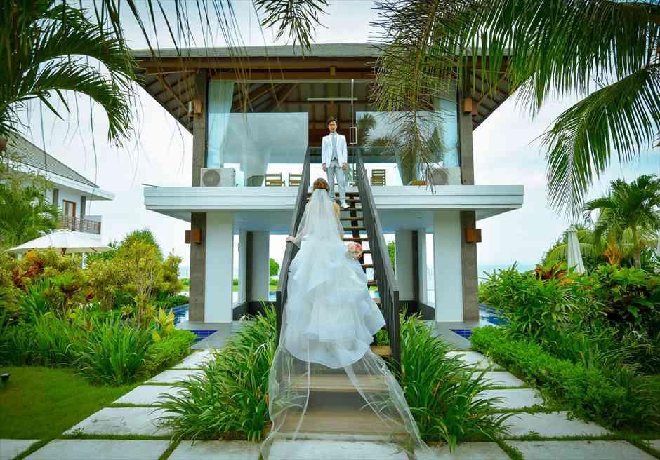 ヴィラ・エイト・リゾート・ヌガラ 2階東屋への階段の入場シーン