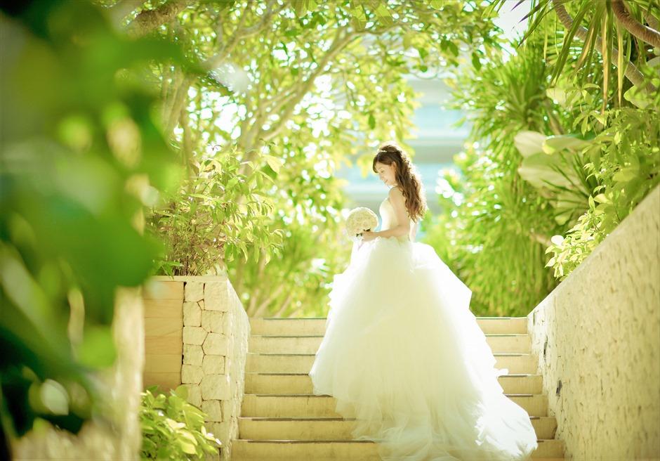 ムリア・リゾート・ウェディング ガーデンへの階段にて挙式後撮影