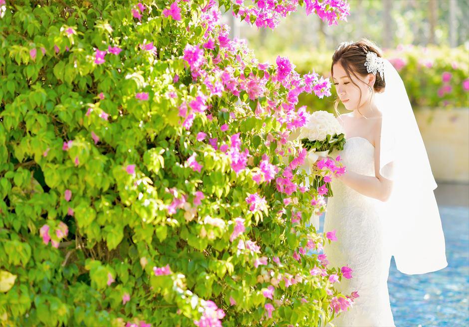 ザ・ムリア・バリ花々が咲き乱れるガーデンにて挙式前撮影