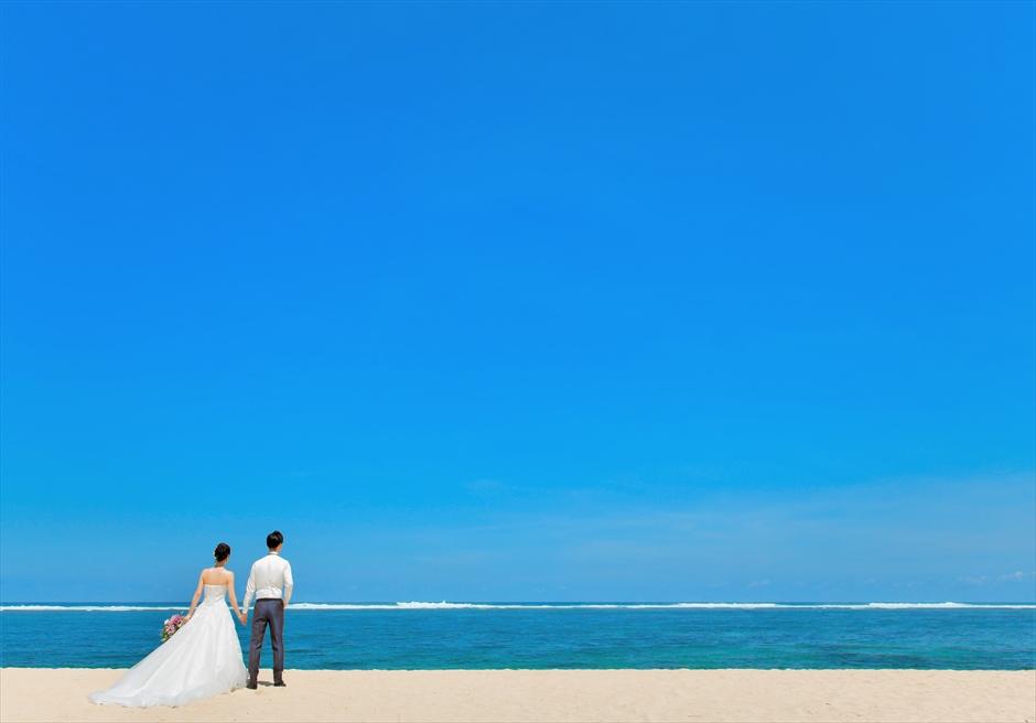 セント・レジス・バリ白砂と青い海と空のコントラストが美しい挙式前撮影
