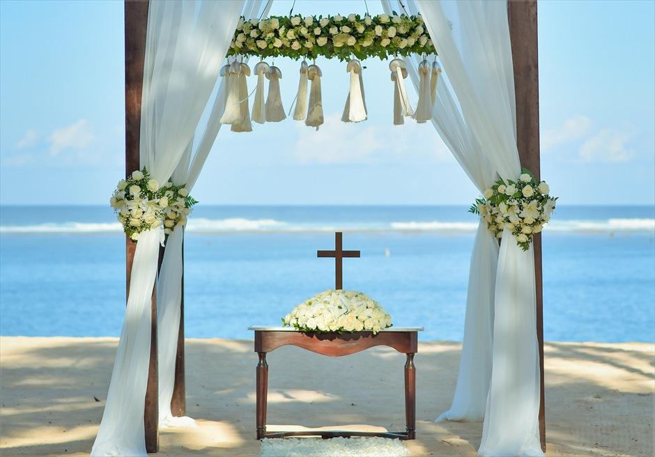 セント・レジス・バリ エレガント・ビーチウェディング 美しいビーチを一望する祭壇