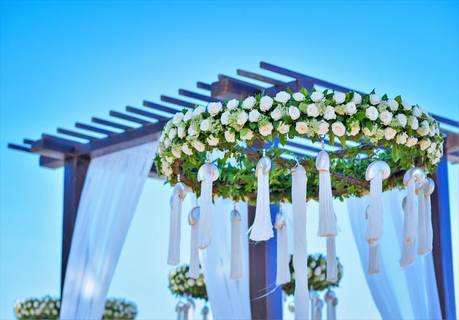 セント・レジス・バリ エレガント・ビーチウェディング ウェディングアーチ生花装飾(ローズ)