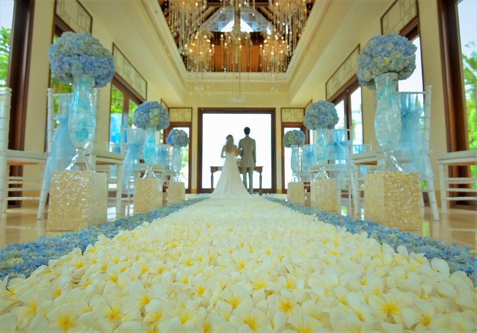 クラウド・ナイン・チャペル オールブルー・ウェディング ブルーあじさい&プルメリア 生花のバージンロード 挙式シーン