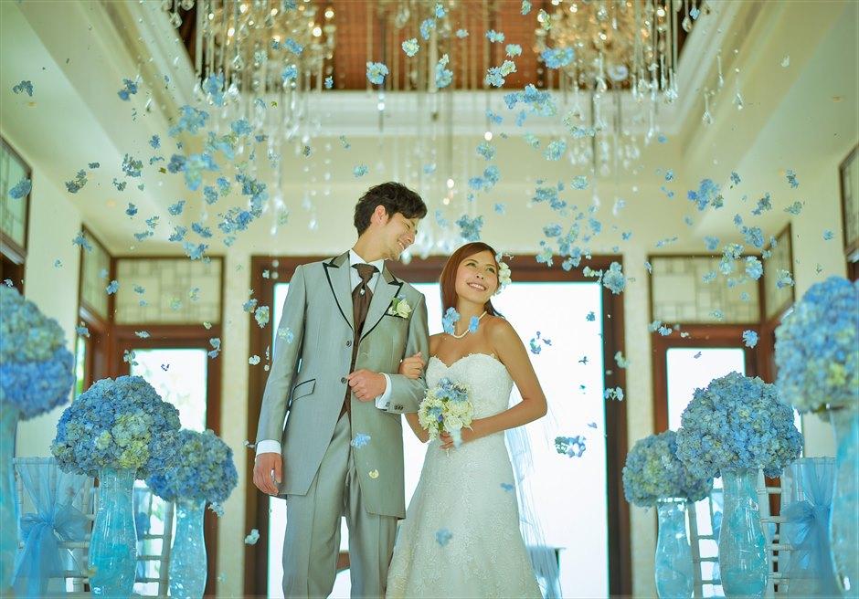 セント・レジス・バリ クラウド・ナイン・チャペル オールブルー・ウェディング ブルーあじさい生花のフラワーシャワー