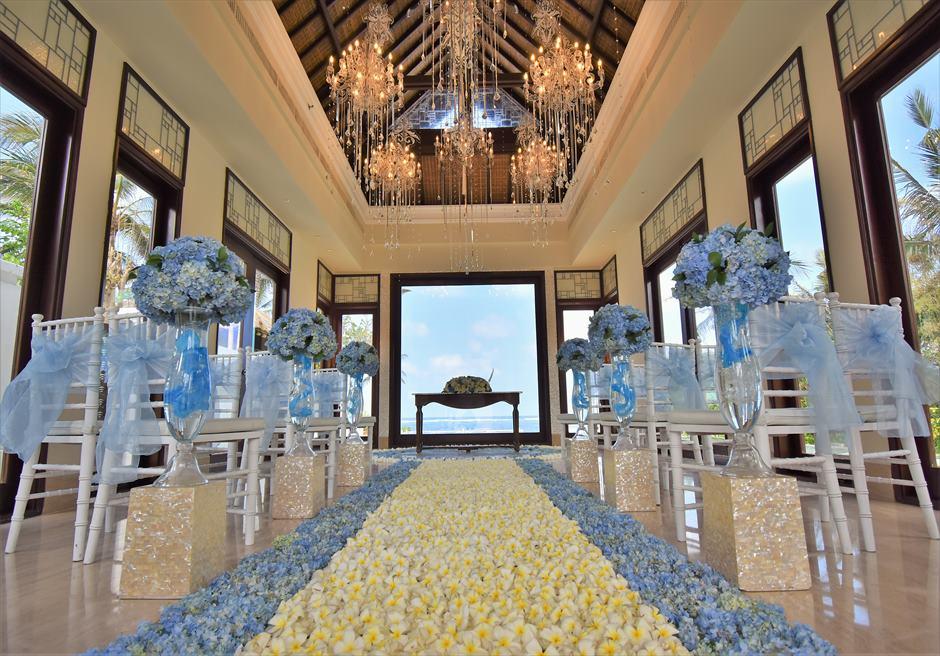 セント・レジス・バリ クラウド・ナイン・チャペル オールブルー・ウェディング 海と空・生花の青が溶け合う挙式シーン