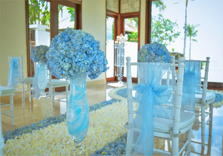 クラウド・ナイン・チャペル オールブルー・ウェディング アイルサイド あじさい生花装飾 ティファニーチェア ブルーサッシュ装飾