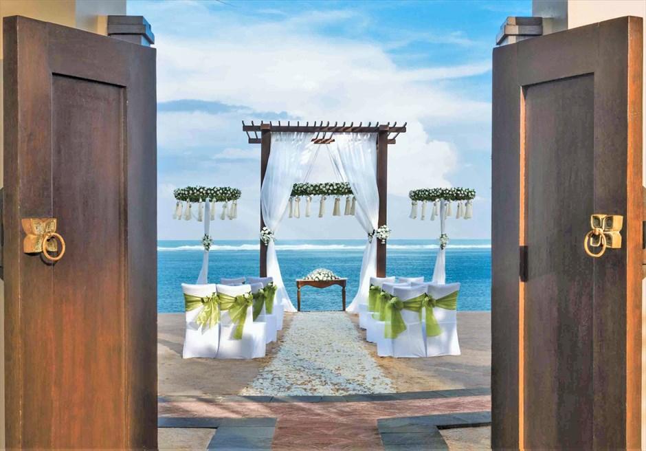 セント・レジス・バリ エレガント・ビーチウェディング ヴィラからのビーチ挙式会場全景