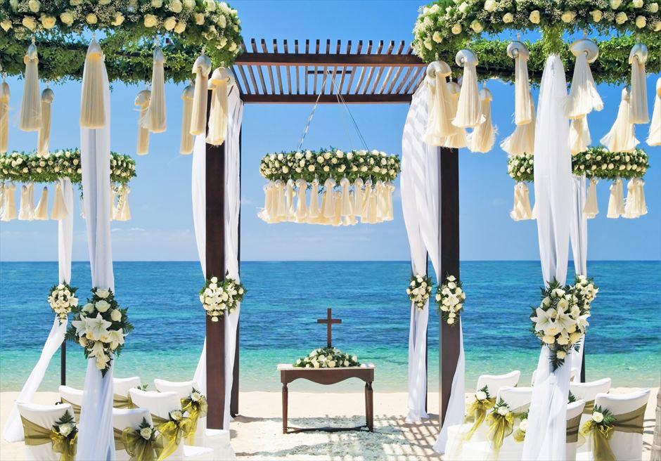 セント・レジス・バリ エレガント・ビーチウェディング 生花ホワイトローズ 挙式会場装飾