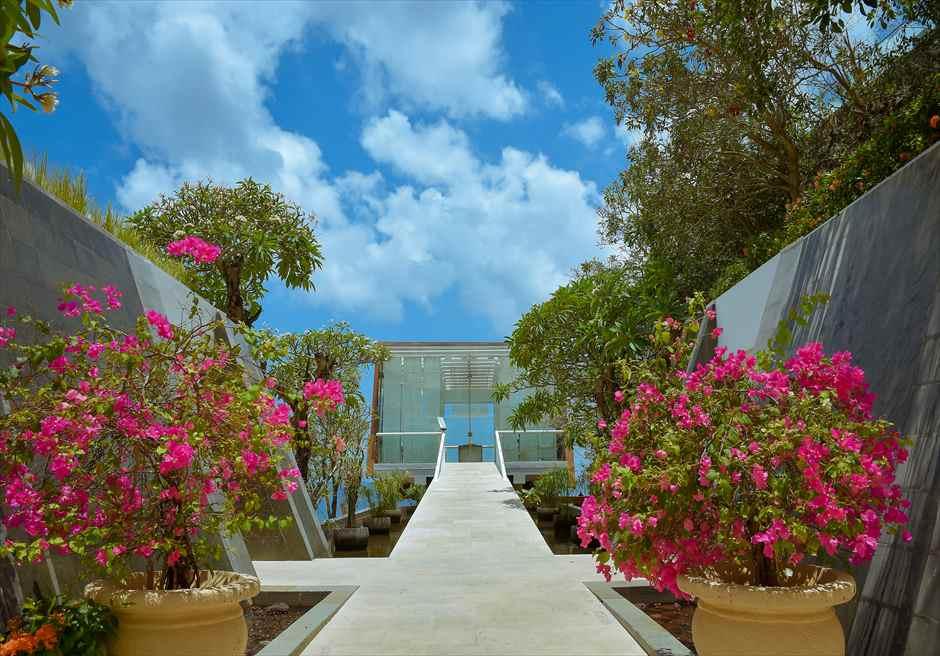 デワ・デウィ・チャペル外観 花々が咲き乱れる美しい入場シーン