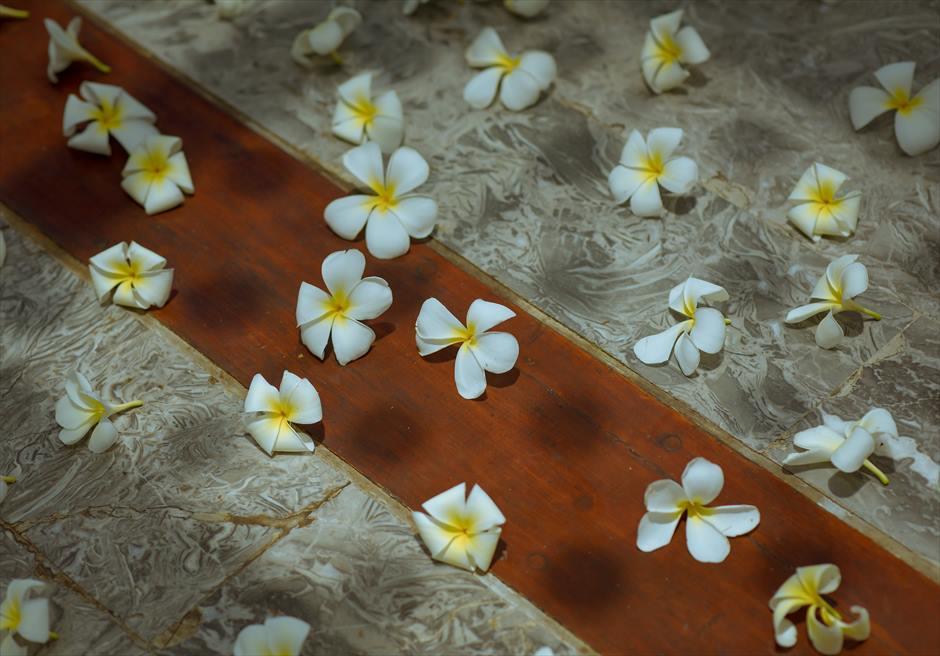 アナンタラ・ウルワツ・チャペル 生花のバージンロード(フランジパニ)