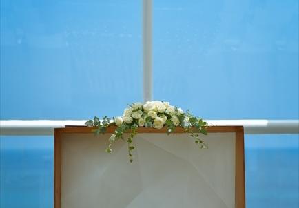 デワ・デウィ・チャペル 祭壇越し果てしない美しい海が広がる