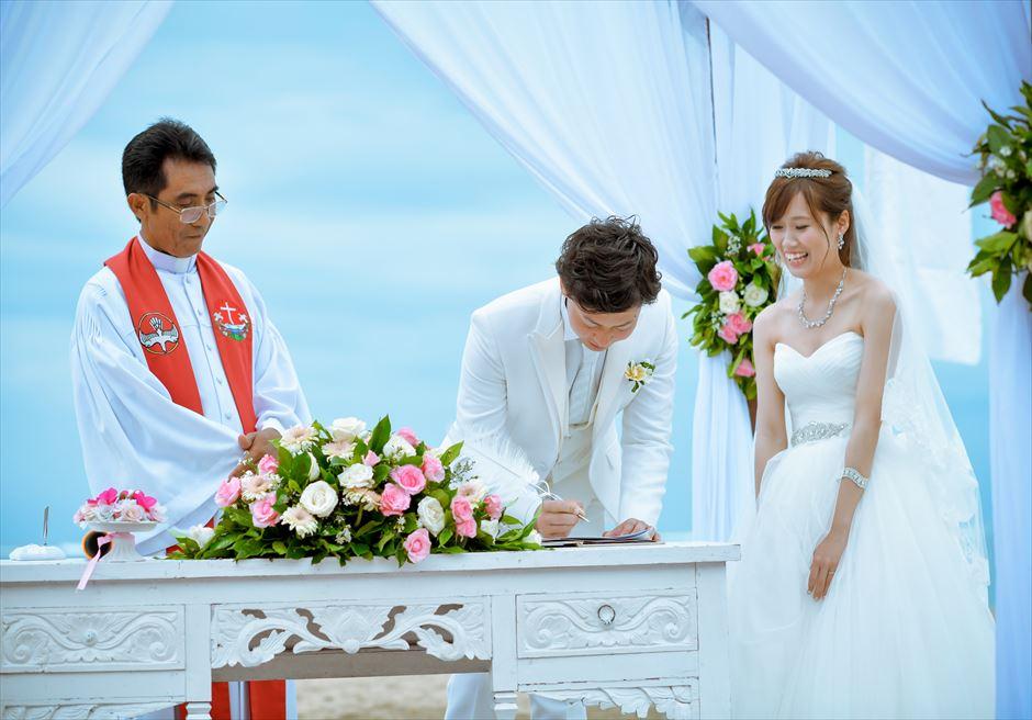マ・ジョリー ビーチ挙式結婚証明書サイン