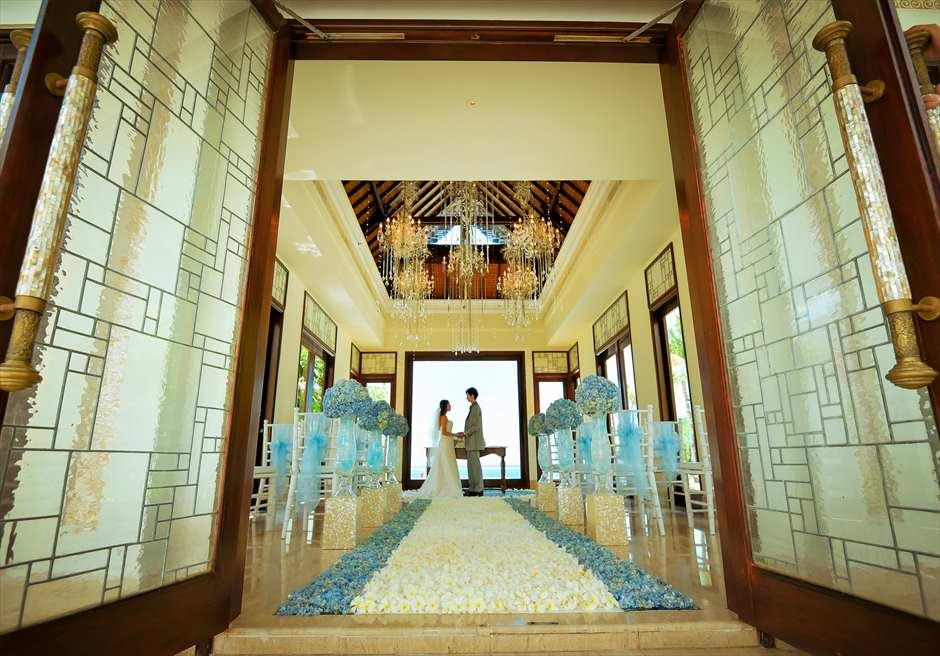 セント・レジス・バリ クラウド・ナイン・チャペル オールブルー装飾