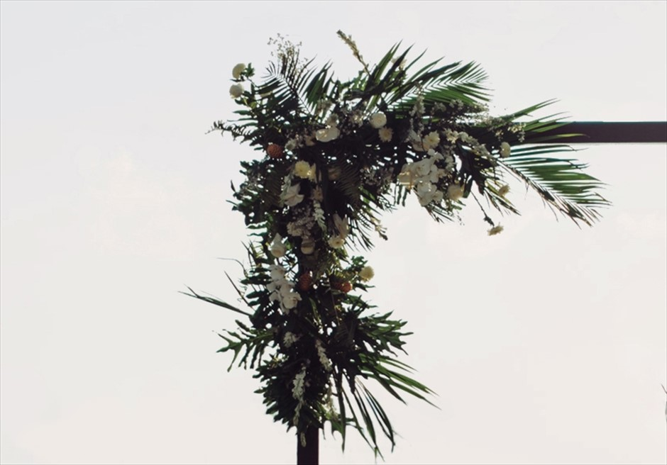 アリラ・スミニャック<br /> ビーチフロント・ガーデンウェディング<br /> ウェディングアーチ 基本生花装飾
