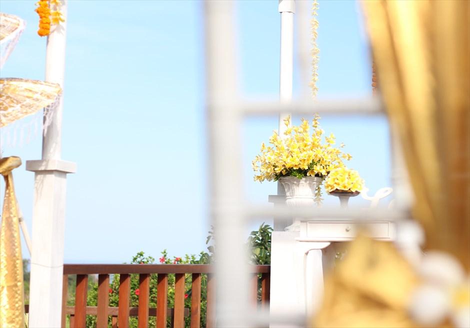 ザ・シャンティ・レジデンス・ヌサドゥア│ヴィラ・ウェディング│バリニーズスタイル│祭壇後方生花装飾
