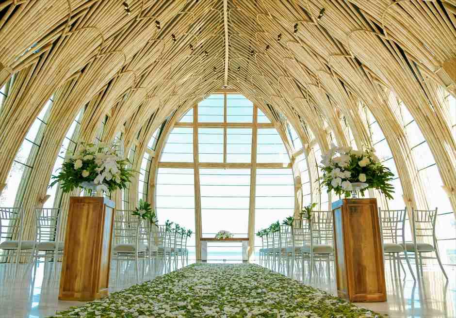アプルヴァ・オーシャンフロント・チャペル アップグレード・ウェディングB フルフラワー&グリーンリーフ 装飾全景