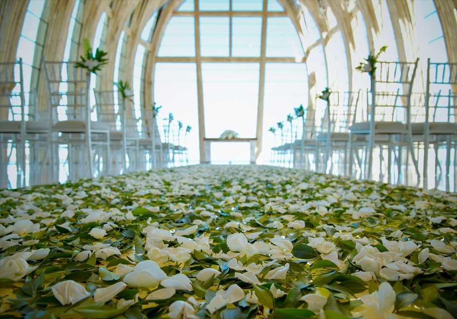 アプルヴァ・オーシャンフロント・チャペル アップグレード・ウェディングB フルフラワー&グリーンリーフ 装飾