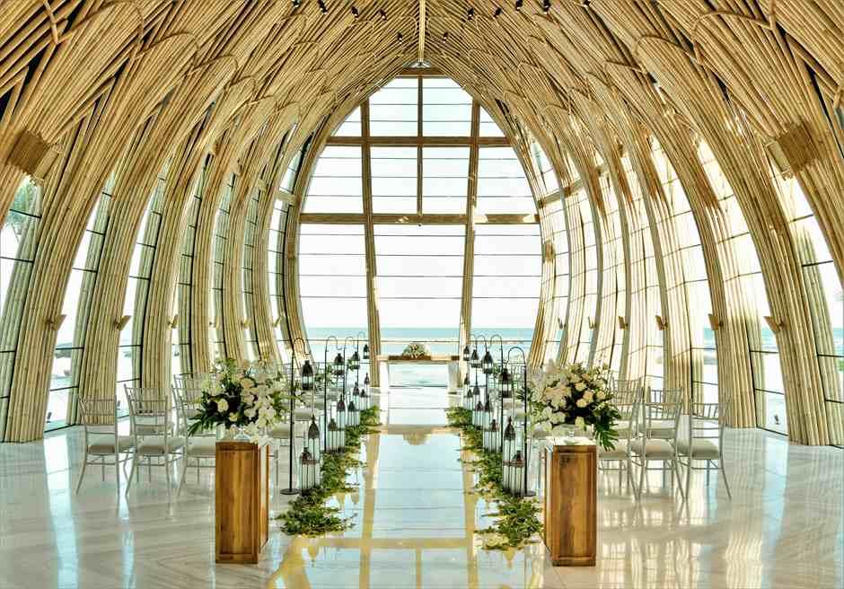 アプルヴァ・オーシャンフロント・チャペル アップグレード・ウェディングC ランタン&グリーンアイビー 装飾全景