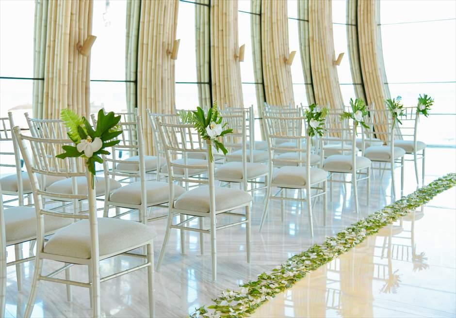 アプルヴァ・オーシャンフロント・チャペル アップグレード・ウェディングA 生花&グリーンリーフ アイルサイド装飾